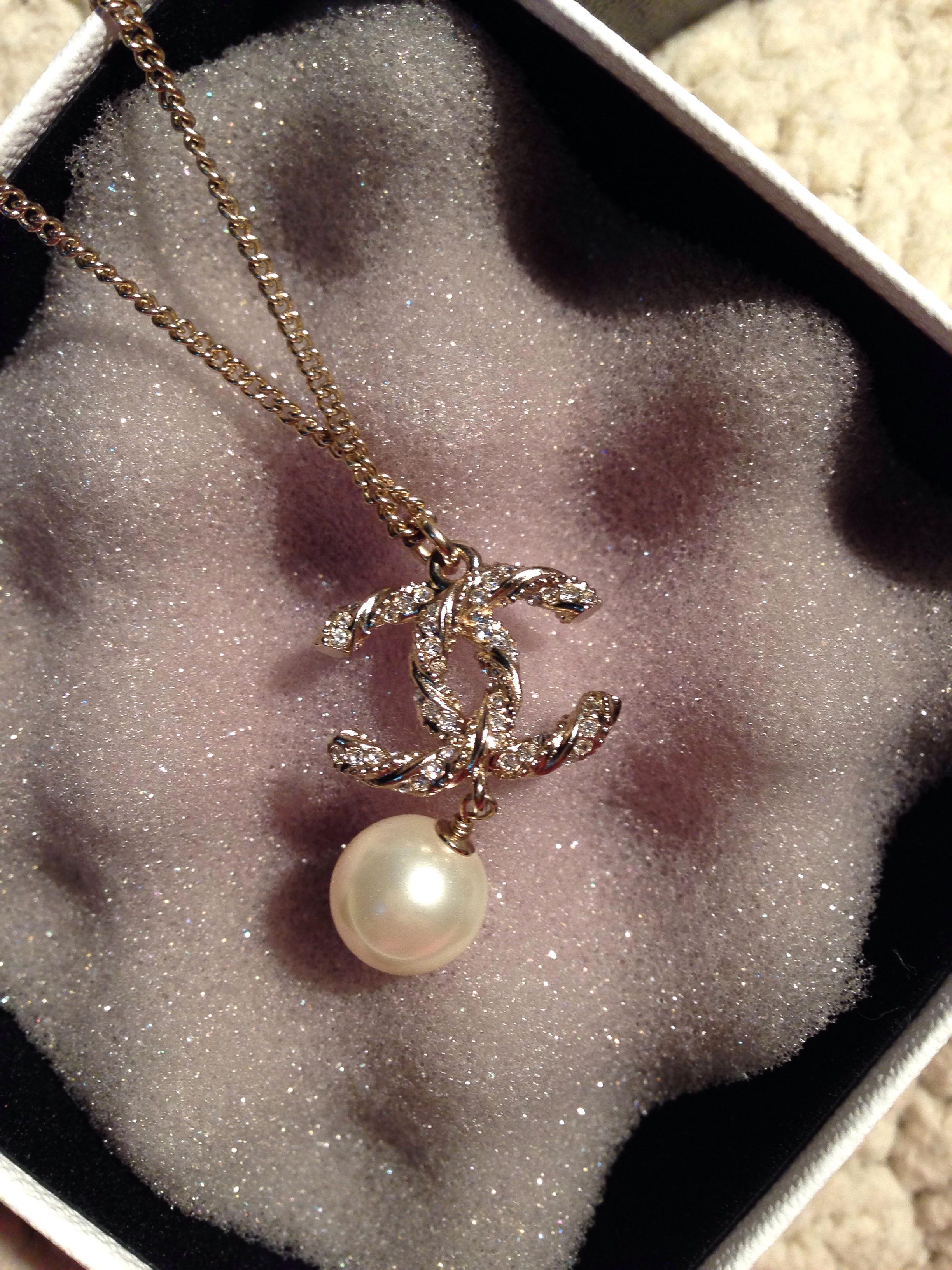 日本代购香奈儿CHANEL 2013纽纹镶水钻CC logo珍珠项链